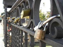 El distrito de Triana solicitará en el Pleno la retirada de los candados del puente