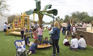 Tras 18 a os de abandono el jard n americano abre sus for Jardin americano sevilla