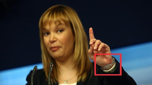 Leire Pajín, ministra de sanidad, llevando una Power Balance