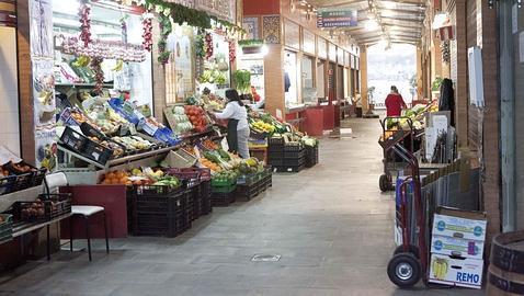 La Policía multa y requisa a los placeros del mercado de Triana