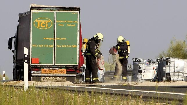 Corte en la A-66 tras caer el líquido corrosivo que portaba un camión