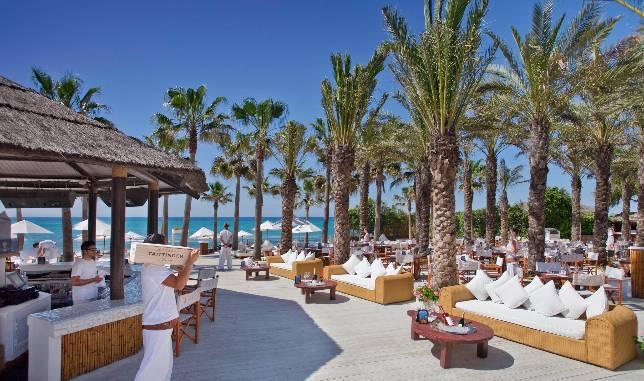 El blanco y el estilo ibicenco dominan las terrazas de los for Hoteles junto al mar