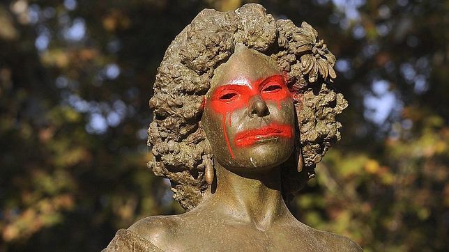Nuevas pintadas en la estatua de la duquesa de Alba en el  Cristina