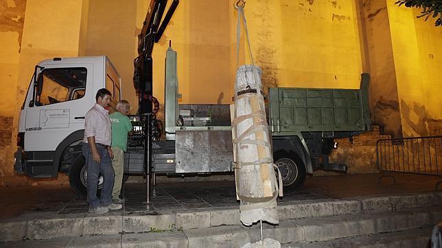 Una grieta obliga a retirar una de las columnas de las Gradas