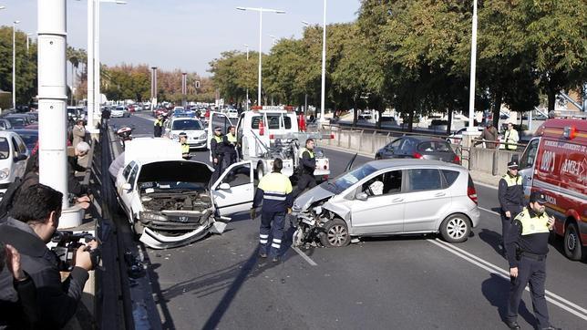 Un accidente de tráfico entre un taxi y un turismo provocó tres heridos y el corte a la circulación del túnel de Arjona