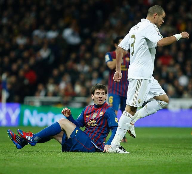 Pepe trepitja la mà de Messi a l'anada dels 1/4 de final de la Copa del Rei