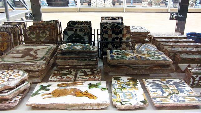Escombros que se exponen en londres for Azulejos antiguos sevilla