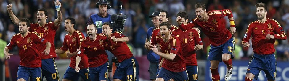 Los jugadores españoles celebran el pase a la final de la Eurocopa