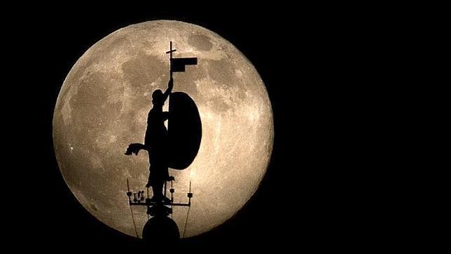 El giraldillo con la luna de fondo - La casa de la luna sevilla ...