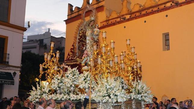 cinco procesiones de gloria recorren sevilla en el puente