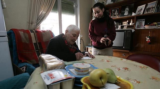 Una voluntaria lleva comida a la casa de un anciano - Casa para ancianos ...
