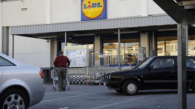 Atropella varias veces a su expareja en el aparcamiento de un supermercado