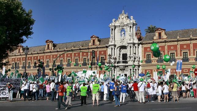 Manifestación de funcionarios ante el Palacio de San Telmo