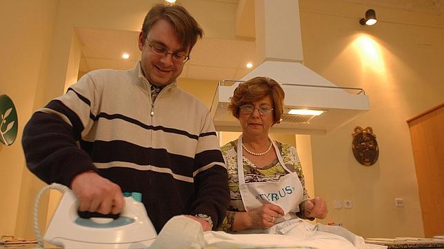 Los andaluces dedican dos horas menos que ellas a las - Labores de casa ...