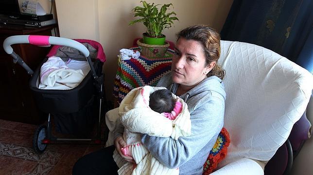 Un bebé cae al suelo de cabeza en el parto en un descuido de la matrona