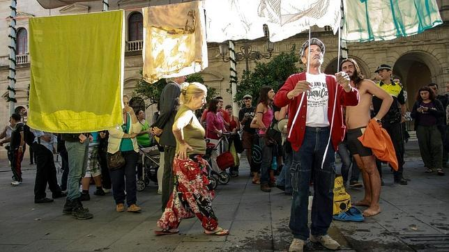 Mercedes, en el centro de la imagen, en una protesta de la Corrala en la Plaza Nueva en mayo del 2012