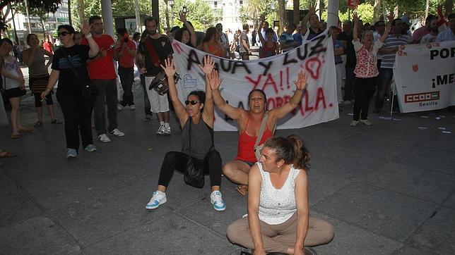 Mercedes, a la derecha del cartel principal de la concentración de la Corrala, en junio de 2012