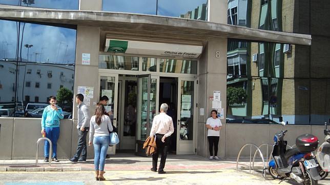 El desempleo baja en dos hermanas en 61 personas for Oficina de desempleo malaga