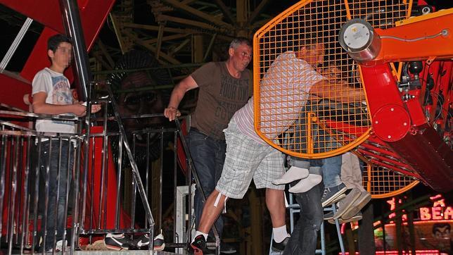 Un apag n obliga a rescatar a usuarios de las atracciones for Servicio tecnico jane sevilla calle feria
