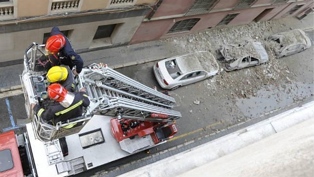 Bomberos de Málaga trepando por una escala durante una intervención