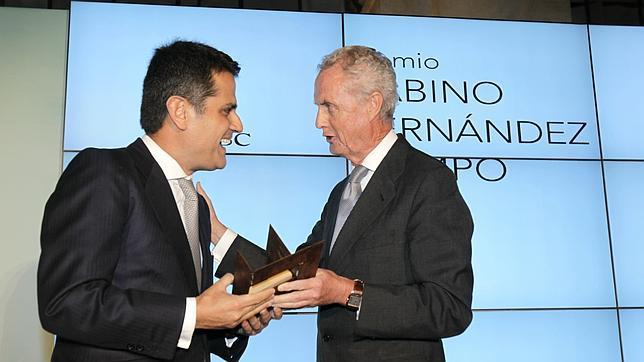 Morenés entrega el I Premio Sabino Fernández Campo en Sevilla