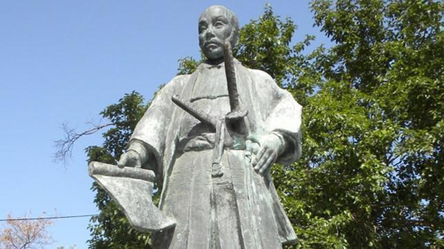 Estatua de Hasekura Tsunenaga, regalada por el Imperio al pueblo de Coria el Río