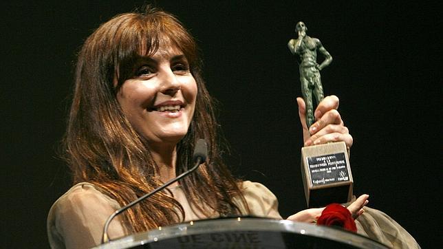 La actriz Ana Fernández, nacida en Villanueva del Ariscal, recibiendo un premio del Festival de Cine de Sevilla