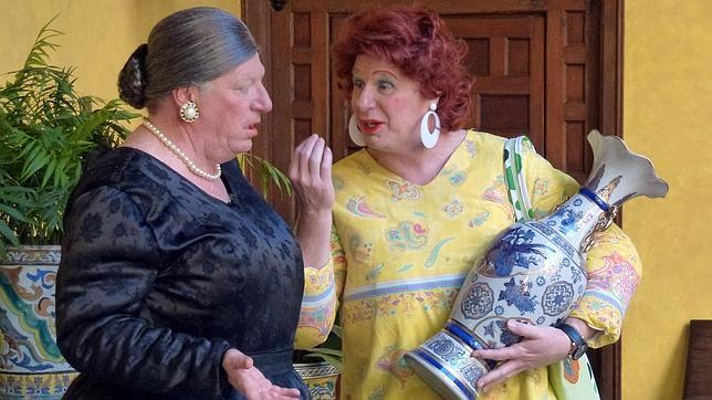 A la derecha, con jarrón en mano, el cómico trianero Jorge Cadaval de los Morancos, en el papel de la Antonia más popular de España