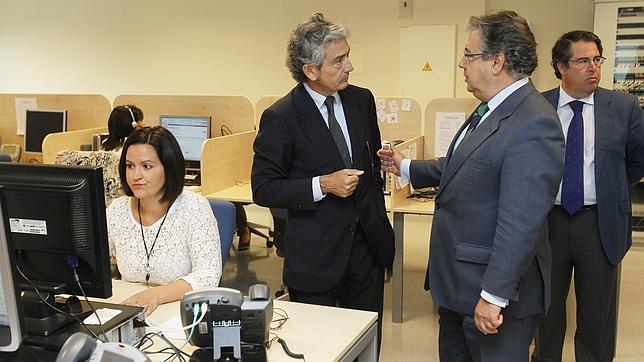 El presidente de Konecta, José María Pacheco, conversando con el alcalde de Sevilla, Juan Ignacio Zoido, en presencia del delegado de empleo, Gregorio Serrano