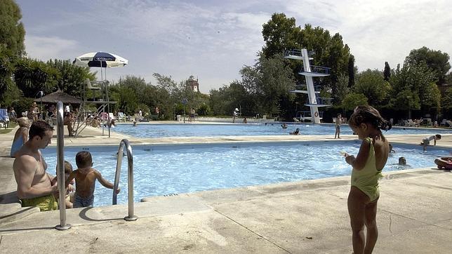 Un verano en la piscina una alternativa ni f cil ni for Piscinas abiertas en sevilla