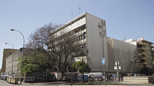 El Ayuntamiento pone vigilancia diaria en la antigua comisaría de La Gavidia