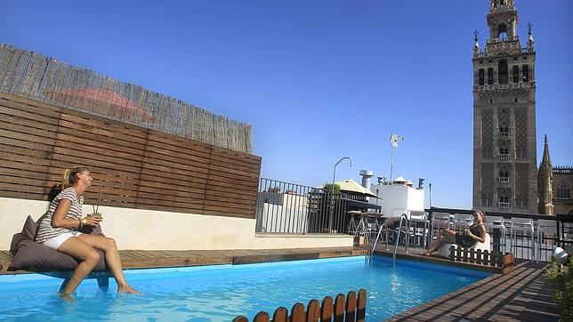 Los hoteles abren sus piscinas en agosto for Hoteles sevilla con piscina