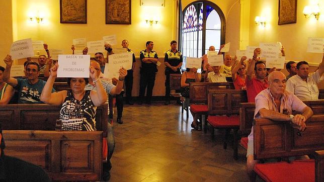 Los vecinos de San Joaquín se manifiestan en el pleno del Ayuntamiento de Utrera