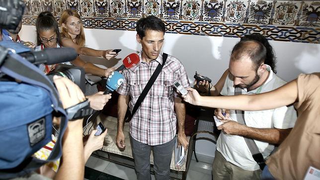 El militante de Torrox, Marcos Antonio Encinas Romero, en la sede del PSOE-A en Sevilla, esta tarde