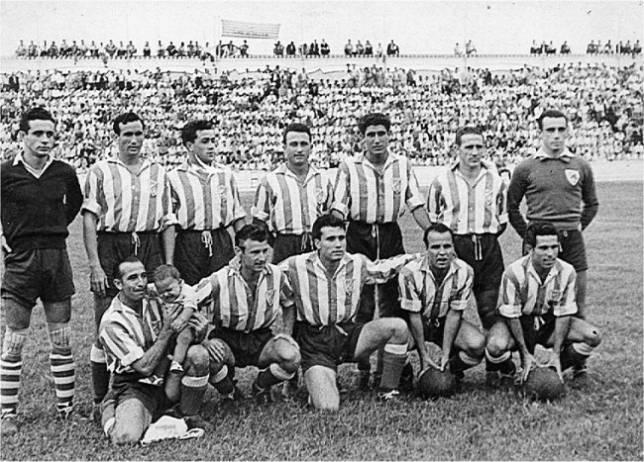 Equipo del Atlético Tetuán que subió a Primera en 1951. A la derecha, escudos del equipo español, inspirado en el del Athletic, y su sucesor marroquí