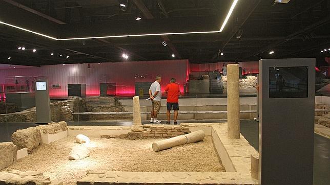 Dos visitantes observan los restos arqueológicos del Antiquarium