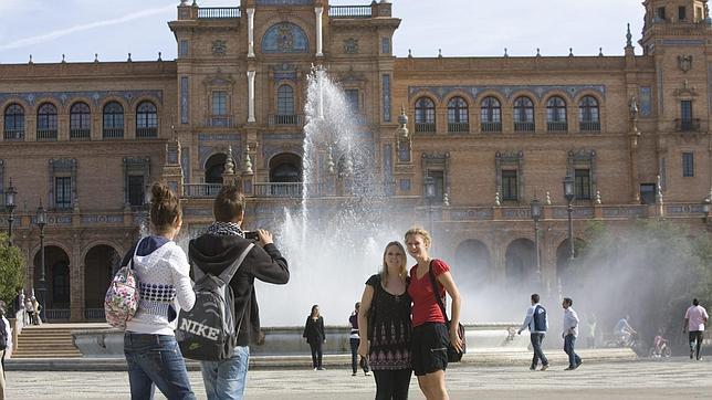 Dos jóvenes turistas se fotografían en la Plaza de España