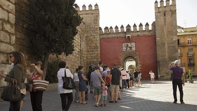 Turistas hacen cola para entrar en el Real Alcázar