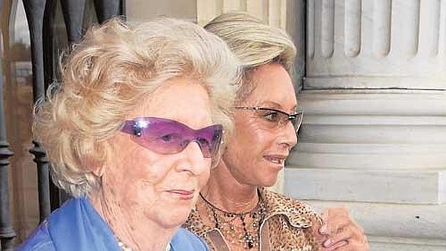 La Duquesa de Medinaceli, en primer término, en la boda de Patricia Medina