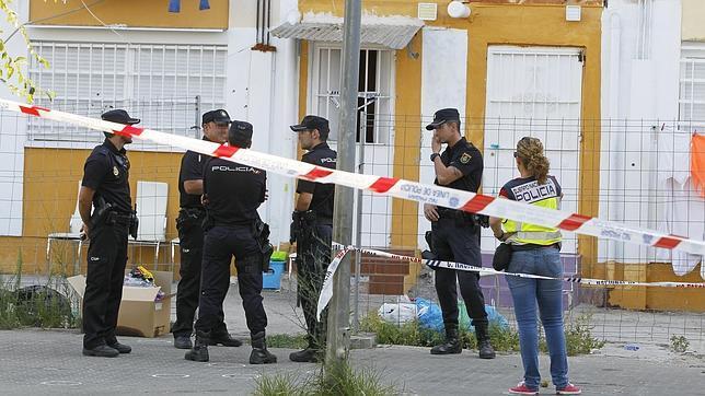 La vivienda tiroteada sigue acordonada por efectivos de la Policía Nacional
