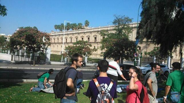 Los docentes interinos se concentran frente al Parlamento de Andalucía