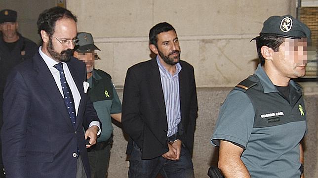 Enrique Rodríguez Contreras, en el centro, entrando en los juzgados para declarar por el caso ERE