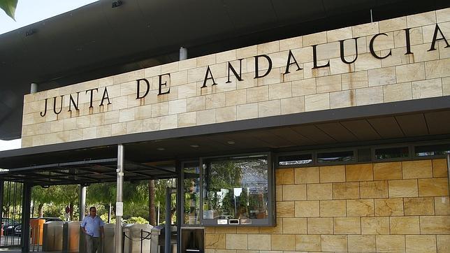 En Andalucía crece el empleo público y se desploma el privado
