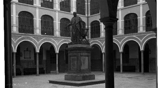 Uno de los patios de la Facultad de Bellas Artes, antes la sede de la Universidad de Sevilla