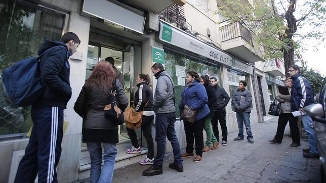 La cifra de parados en andaluc a baja en personas en for Oficina de empleo andalucia