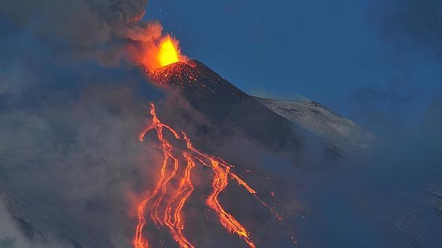 El Etna vuelve a entrar en erupción y provoca el cierre de varios aeropuertos
