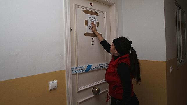 Una vecina, en la puerta del piso donde residían los Caño Bautista