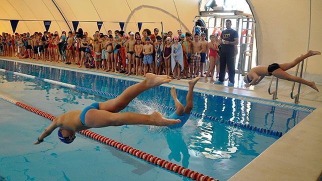 Casi un centenar de alumnos de primaria se lanzan a la piscina for Piscina tomares