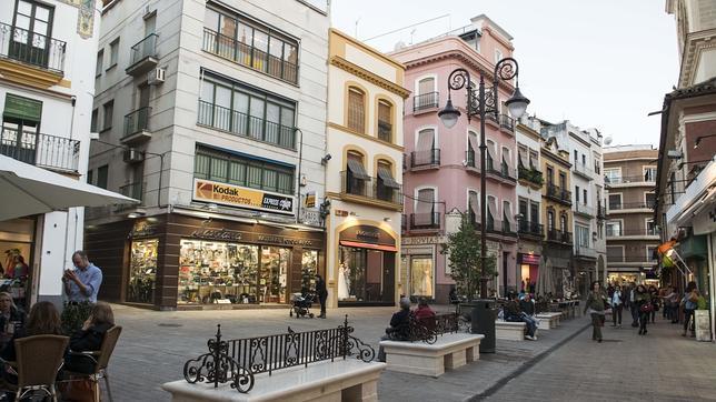 Bancos de piedra para la plaza del pan for Pisos de bancos en sevilla