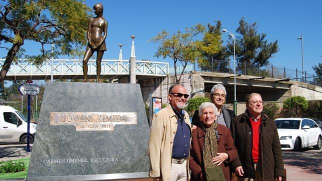La escultora Carmen Jiménez dona a Dos Hermanas una de sus obras